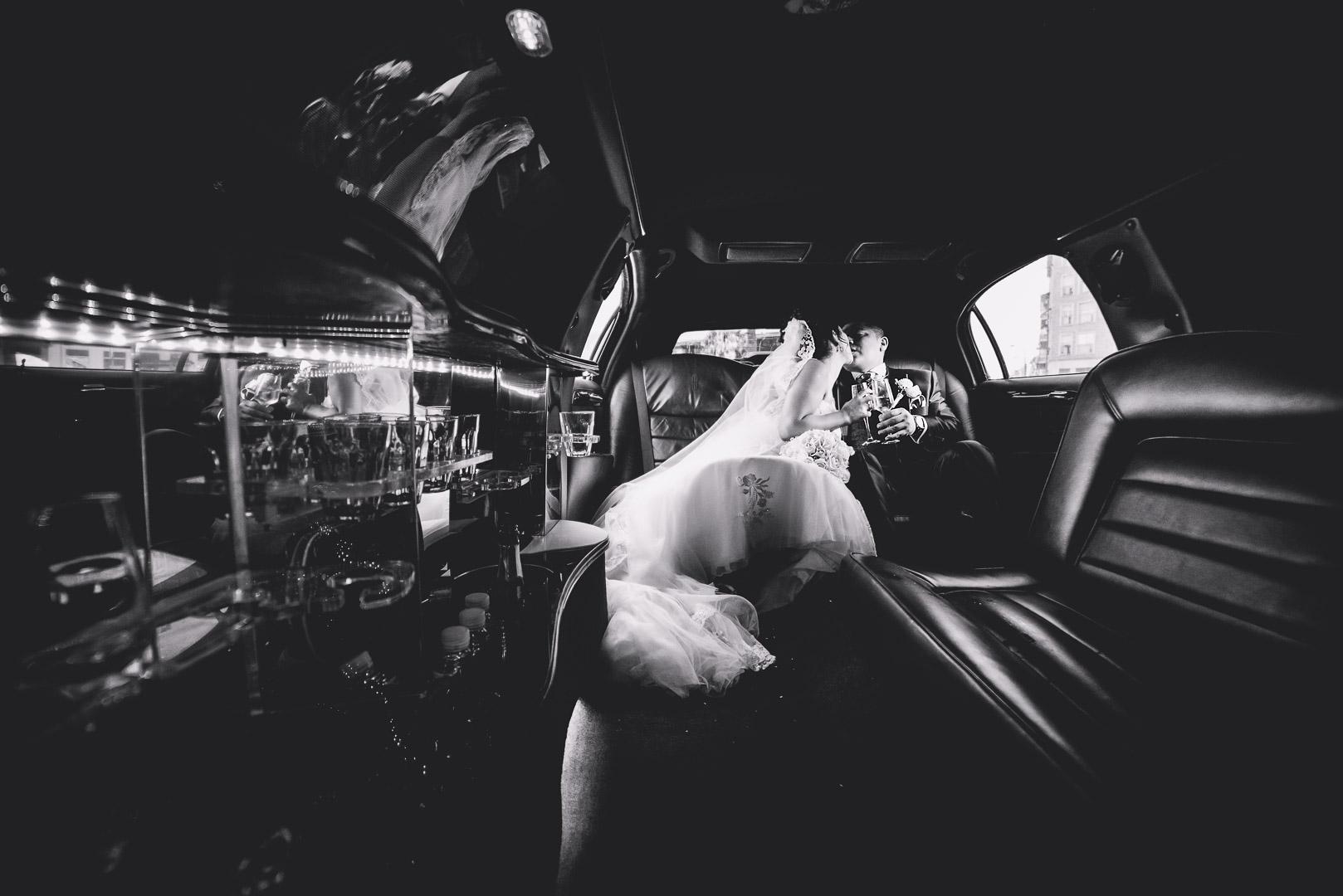 Fotografía de boda de un beso dentro de una limusina